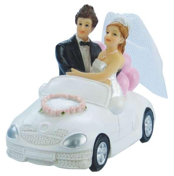 Brautpaar im weißen Hochzeitsauto